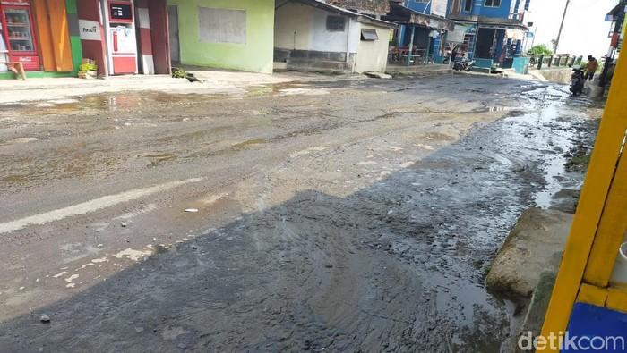 Kuningan - Jalur wisata Palutungan di Desa Cisantana, Kecamatan Cigugur, Kabupaten Kuningan, tercemar limbah kotoran sapi.