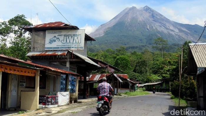 BPPTKG menyebut adanya guguran di Gunung Merapi pagi ini, Rabu (18/11). Suara guguran terdengar 3 kali dan terdengar di 3 pos pengamatan.