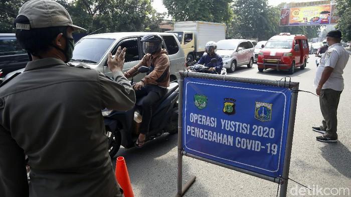 Operasi Yustisi 2020 digelar di Jalan Raya Bekasi, Cakung, Jakarta, Rabu (18/11). Operasi ini menyasar pengendara tidak bermasker dalam rangka pencegahan virus Corona.