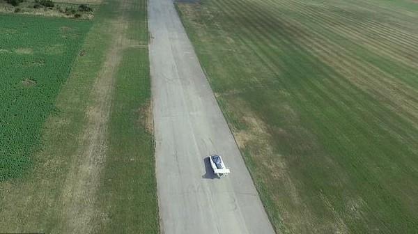 Untuk bisa lepas landas, AirCar membutuhkan landasan pacu minimal sepanjang 300 meter. Mesinnya menggunakan BMW 1,6l yang bisa menghasilkan tenaga hingga 140 HP (Horse Power). Berat mobil terbang itu sendiri sekitar 1.099 kilogram.