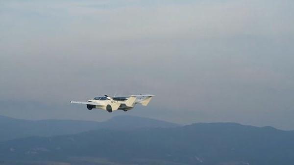 Inilah mobil terbang yang diberi nama AirCar. Pembuatnya adalah KleinVision, sebuah firma dari Slovakia. Prototipe kelima ini sudah berhasil diuji coba terbang setinggi 1.500 kaki atau sekitar 450 meteran.
