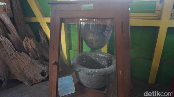 Selain itu, ada juga saringan air yang terbuat dari dua batu. Orang orang dulu kalau minum harus disaring dulu karena air sungainya keruh, untuk menjernihkan air pakai saringan batu itu.