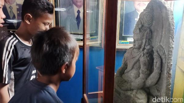 Di museum ini terdapat batu bata kuno yang diperkirakan pada masa permukiman Hindu-Buddha. Arca Buddha juga disimpan di museum ini.