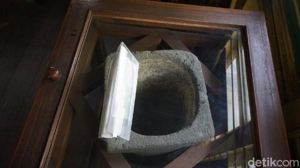 Saringan batu yang berada di atas berfungsi sebagai penyaring air keruh, dan batu yang berada di bawah sebagai penampung air jernih. Saringan air itu tak hanya ada di Museum Glagah Wangi, tapi ada juga di penyimpanan ahli waris Sunan Kalijaga di Notobratan.