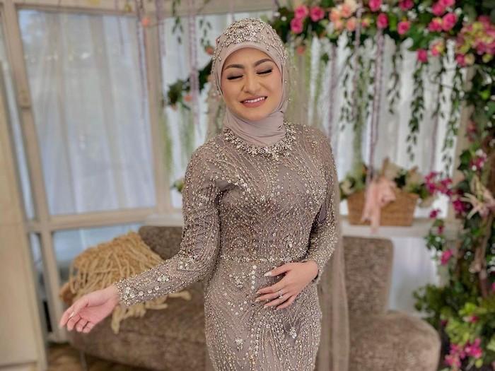 Gaya hijab Nathalie Holscher saat menikah
