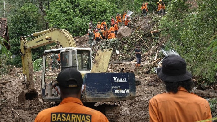Proses pencarian korban longsor di Banyumas terus berlangsung. Tim SAR melakukan pencarian korban yang tertimbun tanah di Desa Banjarpanepen, Banyumas.