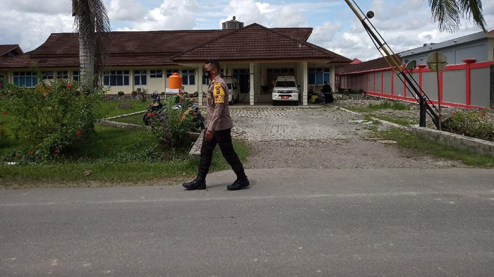 Polisi di depan Kamar Jenazah RSUD Mimika, Papua