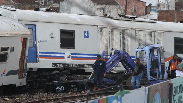 Tujuh gerbong KA meluncur sendiri tanpa lokomotif di Malang. Sejumlah petugas pun kemudian melakukan evakuasi rangkaian gerbong kereta tak berlokomotif itu.