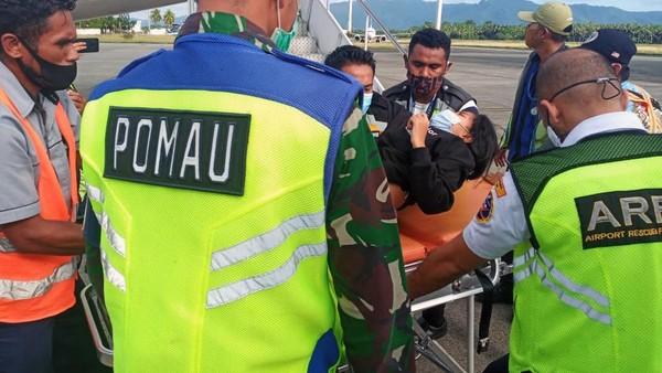 Karena ada penumpang yang melahirkan dalam pesawat Lion Air, pilot Capt. Eirstanto Prabowo bersama kopilot Tanto Adi Prasetyo setelah koordinasi dengan dokter dan awak kabin memutuskan untuk pengalihan pendaratan (divert) ke bandar udara terdekat, yakni Bandar Udara Internasional Pattimura, Ambon, Maluku (AMQ). (dok. Lion Air)
