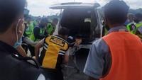 Pesawat udara mendarat pada 15.49 WIT. Setelah pesawat udara parkir pada tempatnya dan pada posisi sempurna, petugas layanan darat (ground handling) Lion Air bersama tim medis segera menangani penumpang dimaksud, untuk dibawa ke rumah sakit terdekat. (dok. Lion Air)