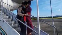 Petugas membawa bayi yang baru dilahirkan tersebut. (dok. Lion Air)