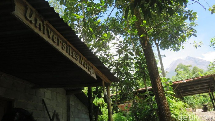 Bangunan Universitas Merapi hanya berjarak 4 Km dari puncak Gunung Merapi. Bangunan ini bukanlah civitas akademik, hanya rumah yang dimanfaatkan sebagai posko relawan.