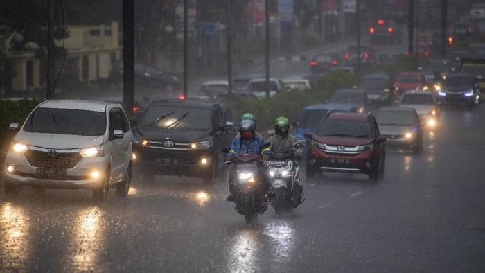 Warga melintas di jembatan penyeberangan orang (JPO) di jalan Jenderal Sudirman Palembang, Sumatera Selatan, Rabu (18/11/2020). Badan Meteorologi Klimatologi dan Geofisika (BMKG) Palembang memprediksi dampak fenomena La Nina, curah hujan di tujuh Kabupaten/Kota di Provinsi Sumatera Selatan lebih tinggi di atas normal hingga April 2021, yang berpotensi terjadinya banjir bandang dan tanah longsor. ANTARA FOTO/Nova Wahyudi/aww.