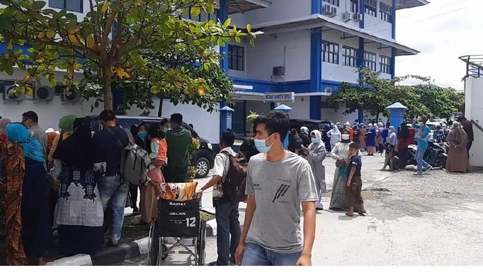 Sejumlah pasien dan tenaga kesehatan di RSUP Dr M Djamil Padang mengevakuasi diri saat terjadi gempa M 5,2 (dok Istimewa)