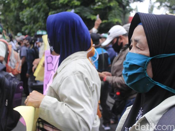 Sejumlah pensiunan PTPN demo di Gedung DPRD Jabar menuntut pembayaran SHT.
