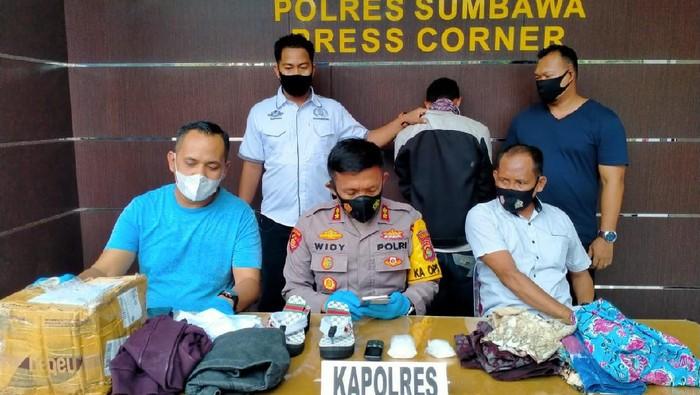 Seorang pria inisial YN di Sumbawa Besar, NTB, diringkus polisi. Pasalnya YN menyelundupkan narkoba jenis sabu seberat 200 gram dalam sandal wanita.