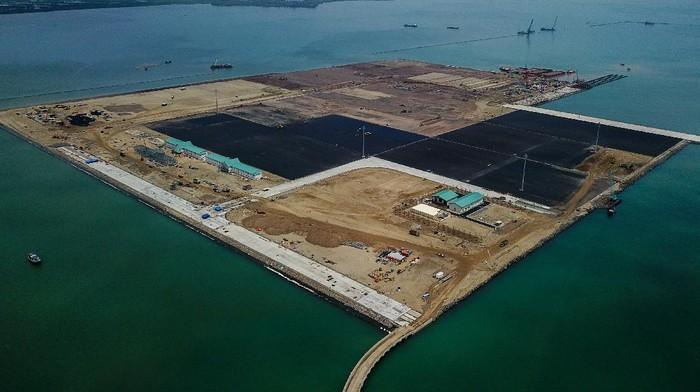 Pelabuhan Patimban ditargetkan siap layani kegiatan ekspor-impor mulai Desember 2020 mendatang. Pembangunan pelabuhan itu terus dikebut agar dapat penuhi target