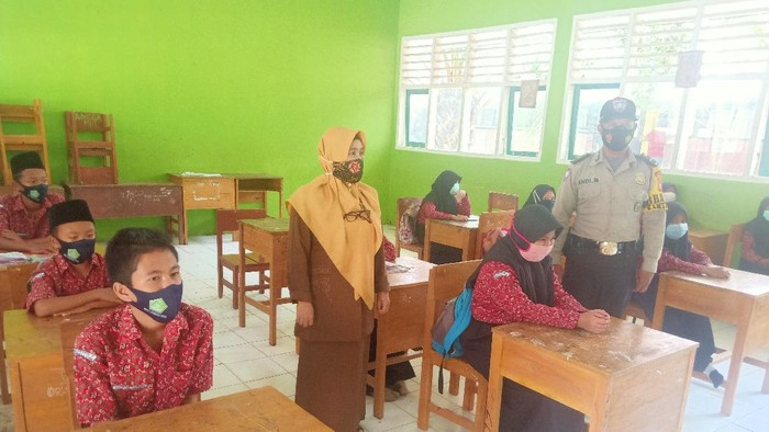 Siswa di MTs Negeri 2 di Ketahun, Bengkulu Utara, mulai belajar tatap muka (Hery-detikcom)