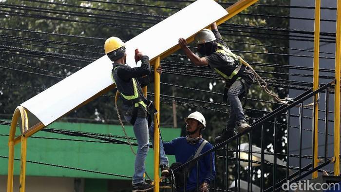 Pemkot Bekasi membangun JPO di Jalan Jend. Sudirman, Kranji, Bekasi. JPO ini untuk mengurangi kemacetan akibat adanya orang menyeberang.