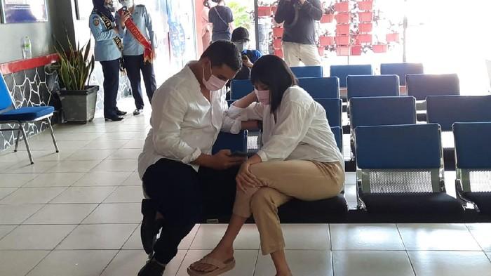 Vanessa Angel tiba di Lapas Pondok Bambu, Jakarta Timur. Dia datang ditemani oleh suaminya.