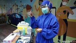 Rumah Sakit Pondok Indah menyediakan layanan rapid test Corona drive thru hari ini. Banyaknya pengendara yang akan rapid test membuat antrean mengular panjang.