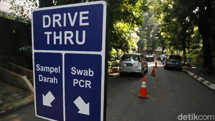 Rumah Sakit Pondok Indah (RSPI) menyediakan layanan Rapid Test Covid-19 Drive Thru hari ini. Banyaknya pengendara yang akan tes rapid membuat antrean mengular panjang.