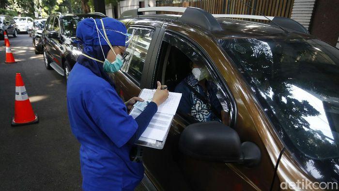 Rumah Sakit Pondok Indah (RSPI), menyediakan layanan Rapid Test Covid-19 Drive Thru dengan harga Rp 150 ribu. Meski Rapid Test Covid-19 Drive Thru tak perlu berdesak-desakan yang berisiko tertular dari orang lain, namun warga yang menggunakan kendaraan harus rela antri panjang saat akan memasuki RSPI.