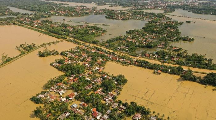 Sejumlah rumah warga yang terisolir akibat banjir di Desa Gentasari, Kroya, Cilacap, Jateng, Kamis (19/11/2020). Banjir yang terus meluas dan telah menggenangi 46 desa di Kabupaten Cilacap, juga mengakibatkan beberapa lokasi terisolir, sehingga mobilitas warga terpaksa harus menggunakan perahu atau rakit darurat.  ANTARA FOTO/Idhad Zakaria/nz.