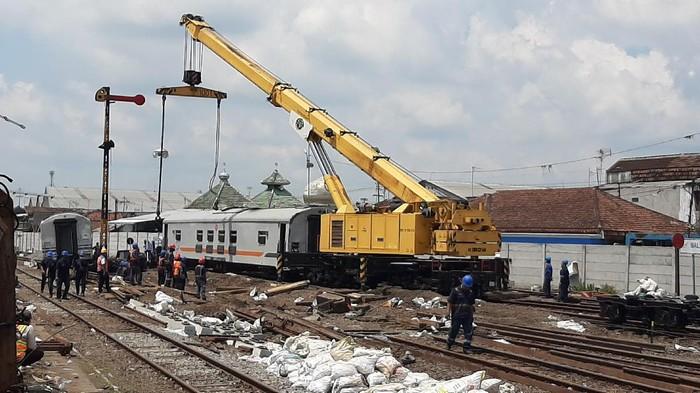 Crane evakuasi gerbong KA anjlok di Malang