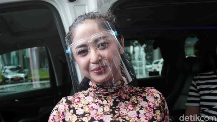 Dewi Perssik saat ditemui di kawasan Trans TV.