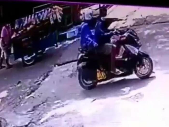 Dua pelaku menjambret tukang sayur di Bekasi, Jawa Barat (tangkapan layar)