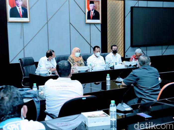 Gubernur Jawa Timur Khofifah Indar Parawansa menemui perwakilan buruh di kantornya. Hasilnya, UMK 2021 masih dibahas dan akan diumumkan pada Sabtu (21/11).