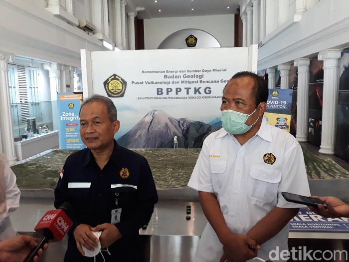 Kepala PVMBG, Badan Geologi, Kementerian ESDM, Kasbani (kanan) dan Kepala Badan Geologi Kementerian ESDM RI Eko Budi Lelono di kantor BPPTKG, Yogyakarta,  Kamis (19/11/2020).