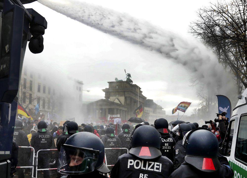 Kerumunan massa pemprotes UU soal Pandemi COVID-19 di Berlin, Jerman, 18 November 2020. (Michael Sohn/AP Photo)(