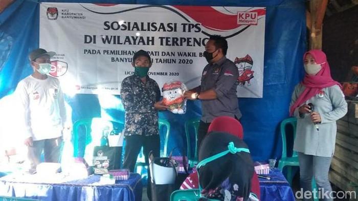 KPU Banyuwangi terus sosialisasi Pilbup Banyuwangi 2020. Kali ini sasarannnya daerah terpencil di kabupaten paling ujung timur Pulau Jawa ini.