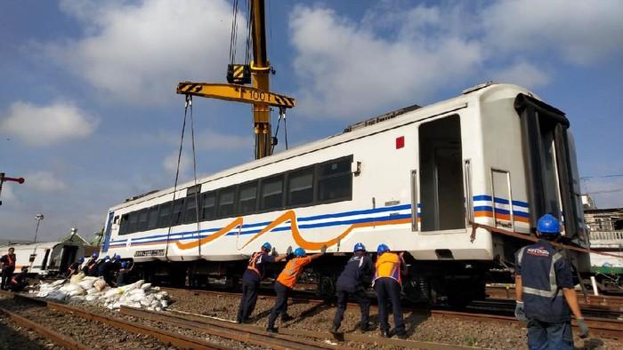 Tujuh gerbong kereta api (KA) eksekutif dilaporkan berjalan sendiri dari Stasiun Malang Kota Baru, Kota Malang sore tanpa lokomotif. 4 gerbong di antaranya anjlok dan kini sedang evakuasi. Begini penampakannya.