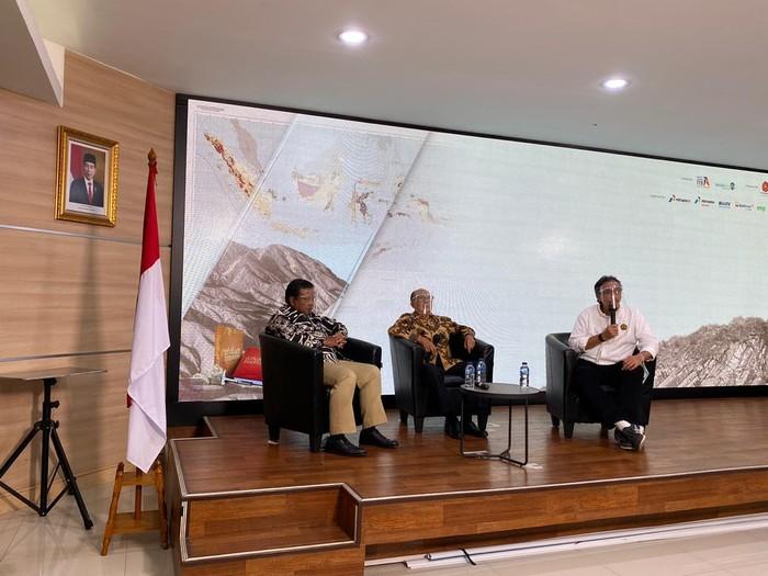 Menteri ESDM Arifin Tasrif menilai buku An Introduction Into The Geology of Indonesia karya Koesoemadinata telah memberikan gambaran potensi salah satu sumber daya yang ada di Indonesia