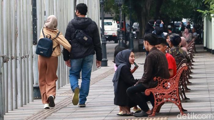 Kasus COVID-19 di Kota Bandung, Jawa Barat kembali meningkat. Namun, masih ditemukan kerumunan dan warga yang nongkrong dengan tidak menggunakan masker.
