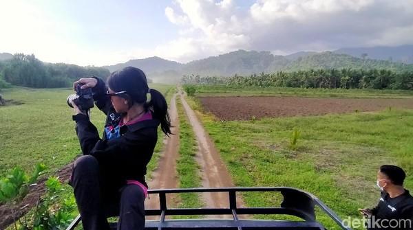Selama perjalanan, mata traveler akan dimanjakan dengan pemandangan indah persawahan dan kawasan perkebunan. Jangan lupa siapkan kameramu dan abadikan setiap momen di sana.