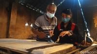 Para pengunjung juga diajari cara memotong tahu dan melihat langsung proses pembuatan tahu dari bahan mentah hingga jadi. Seru sekali!