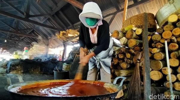 Aroma manis gula kelapa sudah terasa begitu sampai di tempat ini. Di sana para pembuat gula kelapa juga terlihat menggunakan masker saat memroses nira kelapa untuk menjadi gula kelapa warna merah.