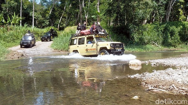 Jalan yang dilalui selama petualangan ini cukup terjal dan harus melintasi aliran Sungai Lembu. Meski tidak dalam dan tidak lebar, namun nuansa petualangannya begitu terasa. Seru!