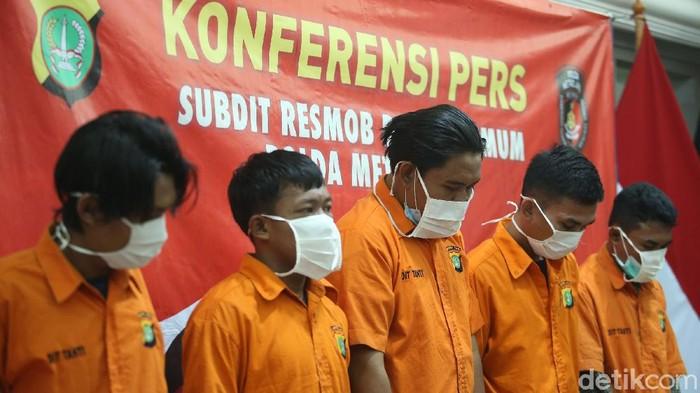 Polisi merilis para tersangja curanmor di Polda Metro Jaya, Jakarta, Kamis (19/11/2020). Kelima tersangka tersebut dibekuk di Cikarang, Bekasi.