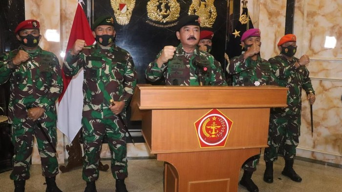 Panglima TNI Marsekal Hadi Tjahjanto bersama komandan pasukan khusus TNI