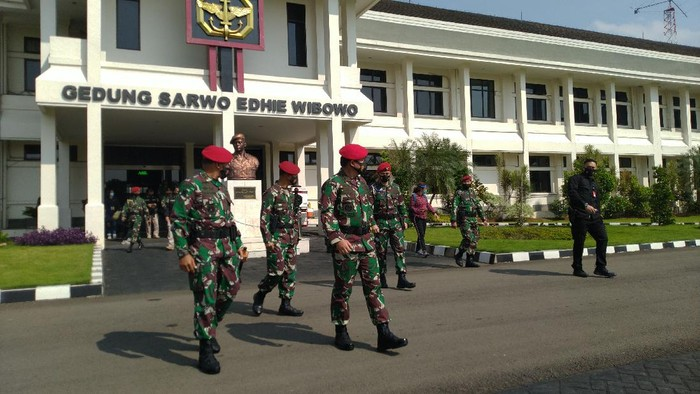 Panglima TNI Marsekal Hadi Tjahjanto cek kesiapan pasukan Kopassus