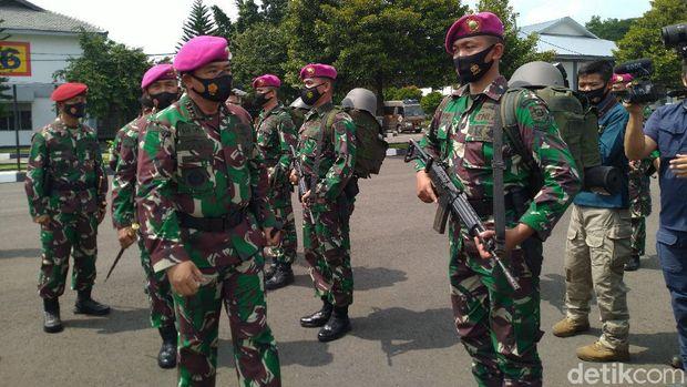 Panglima TNI Marsekal Hadi Tjahjanto mengecek pasukan Marinir. (Sachril Agustin Berutu/detikcom)