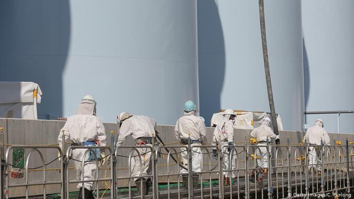 Pekerja di PLT Fukushima Daiichi memeriksa tangki penyimpan air pendingin reaktor yang tercemar radioaktif.