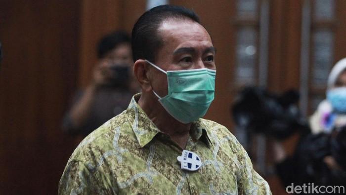 Terdakwa Djoko Tjandra terlihat mengenakan E.A Mask atau Ecom Air Mask Anti Bacteria and Virus buatan Jepang untuk tangkal Corona.