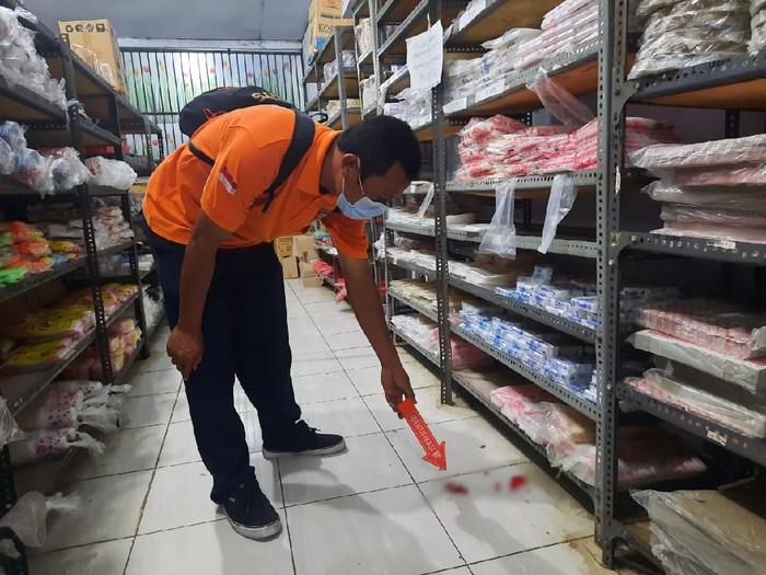 Polisi olah TKP kasus pembuangan janin bayi di minimarket di Dompu, NTB