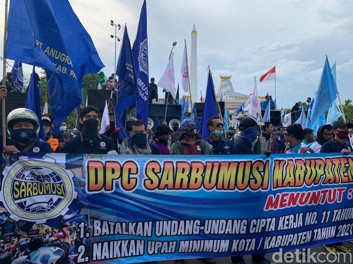 Ribuan Buruh Demo di Kantor Gubernur Jatim, Tolak Omibus Law dan Tuntut UMK Naik